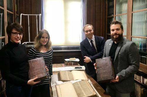 Pie Foto 1: De izquierda a derecha: Leah Tether, Laura Chuhan Campbell, Michael Richardson y Benjamin Pohl con los libros en la Sala de Libros Raros de la Biblioteca Central de Bristol Crédito de la imagen: Universidad de Bristol