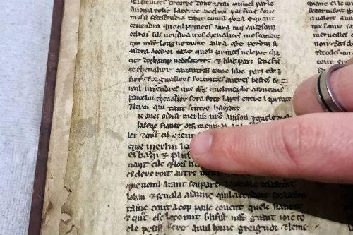 Detalle de uno de los fragmentos que muestra el nombre de Merlín. Crédito de la imagen: Universidad de Bristol